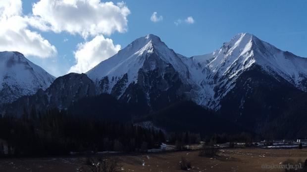 Płaczliwa Skała (2142 m) i Hawrań (2152 m), po lewej Szalony Wierch  - w lutym 2016