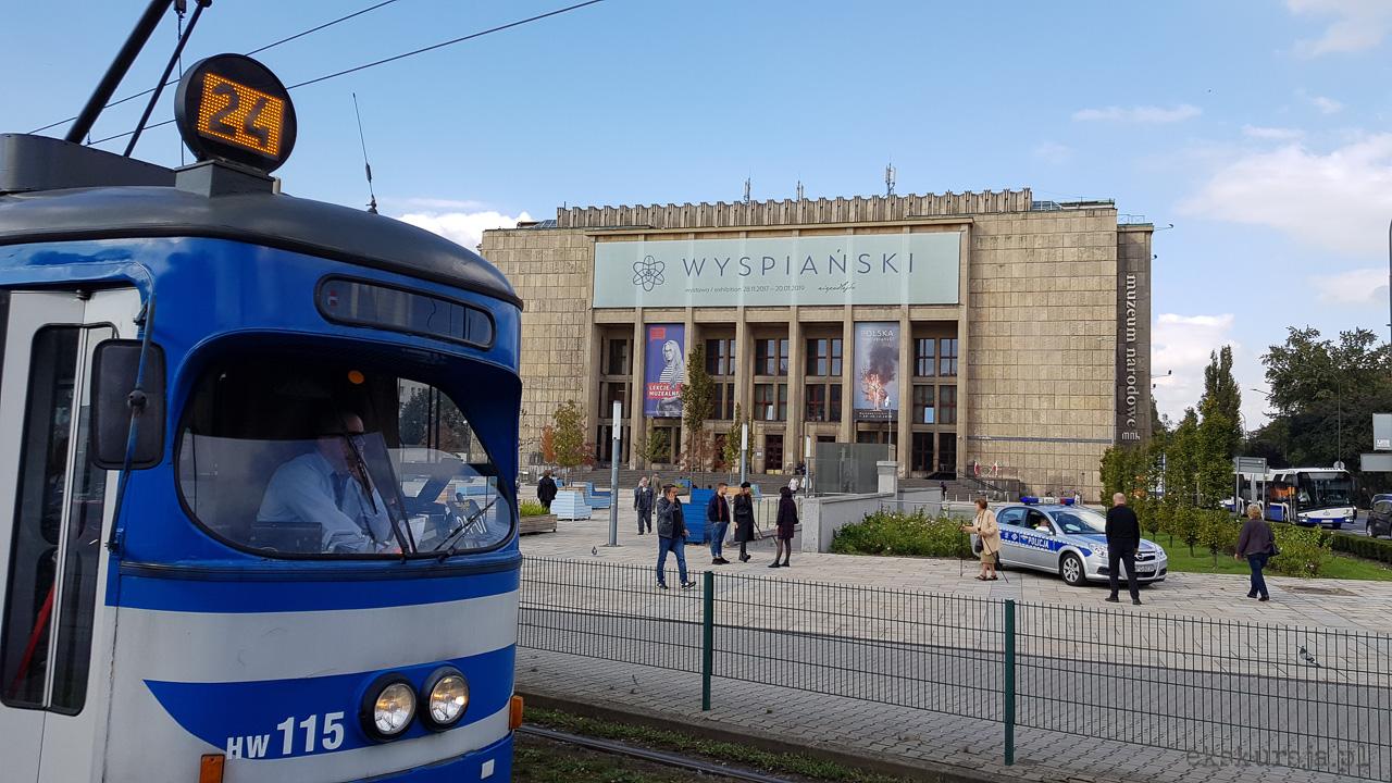 Przed Muzeum Narodowym w Krakowie